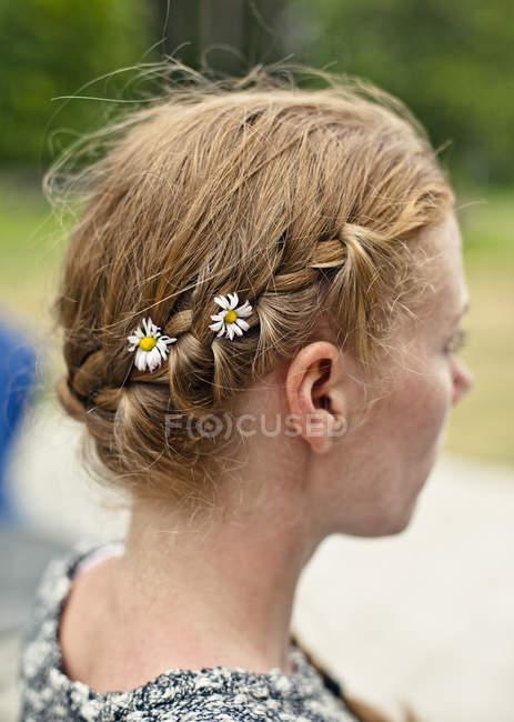 Mujer con cabello trenzado, enfoque selectivo - foto de stock