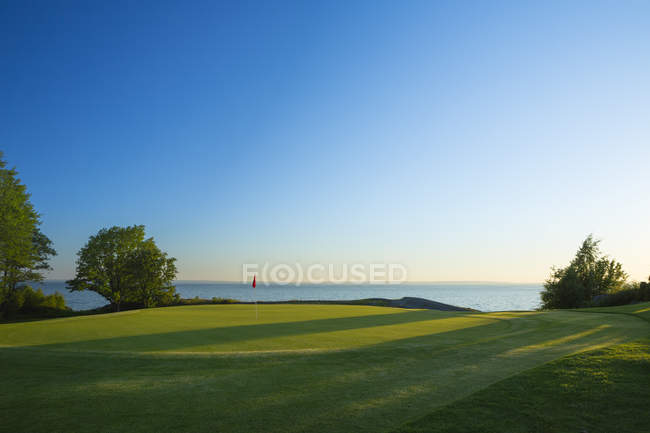 View of Ombergs Golf Resort by Lake Vattern at sunset — Stock Photo