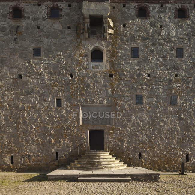 Вид фасада средневековой крепости и вход — стоковое фото