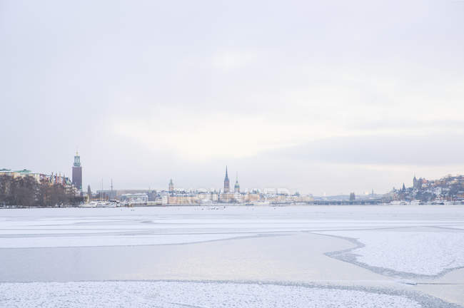 Frozen Riddarfjarden bay with distant buildings, Stockholm — Stock Photo