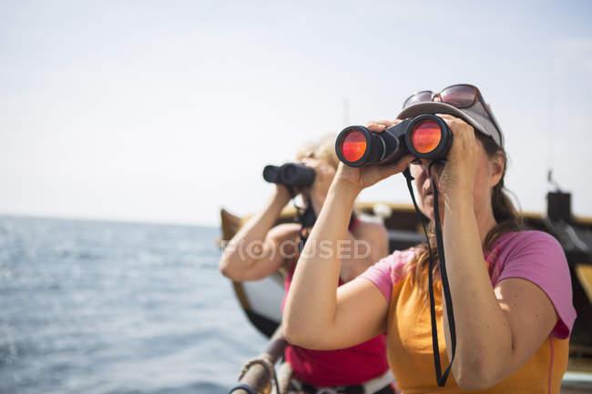 I turisti alla ricerca attraverso il binocolo, primo piano a fuoco — Foto stock