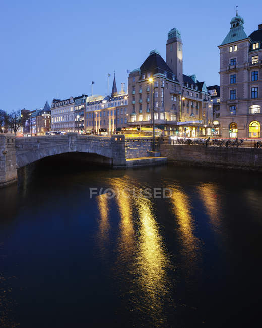 Arch bridge over river at dusk — Stock Photo