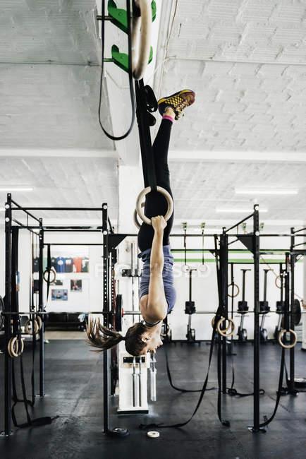 Jovem formação sobre anéis de ginástica — Fotografia de Stock