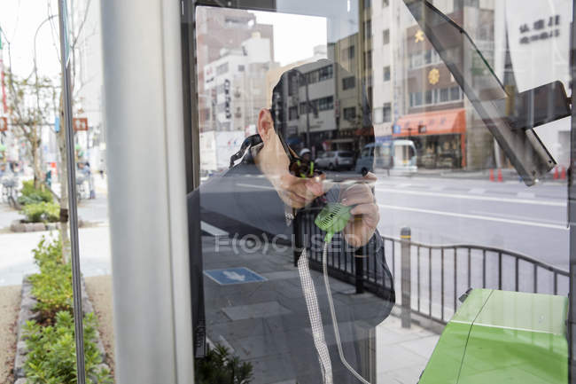Man talking on phone, focus on foreground — Stock Photo