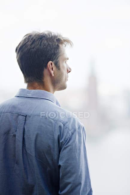 Vista posteriore dell'uomo maturo che indossa la camicia — Foto stock