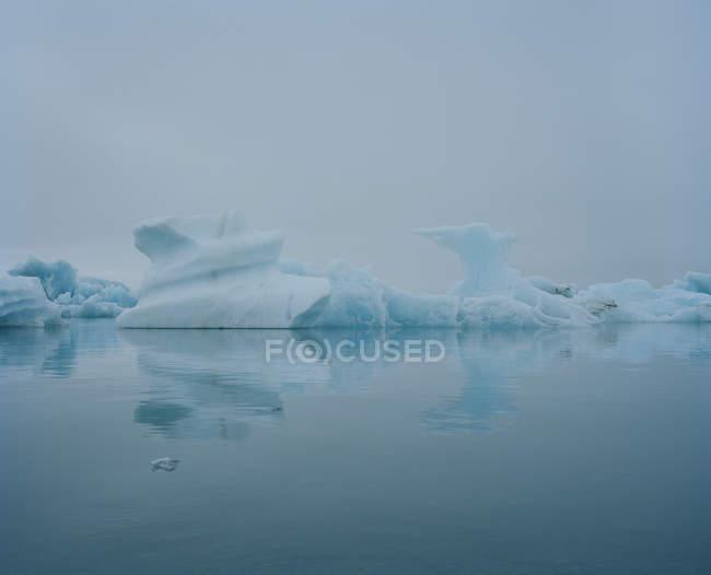 Vista da Lagoa Glaciar com formações de gelo na Islândia — Fotografia de Stock
