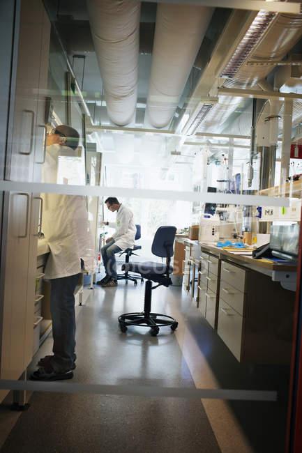 Scientifiques travaillant en laboratoire, focus sélectif — Photo de stock