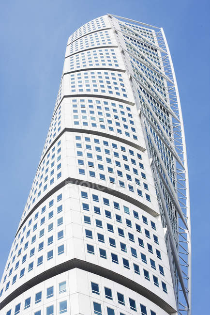 Low angle view of skyscraper on blue sky — Stock Photo
