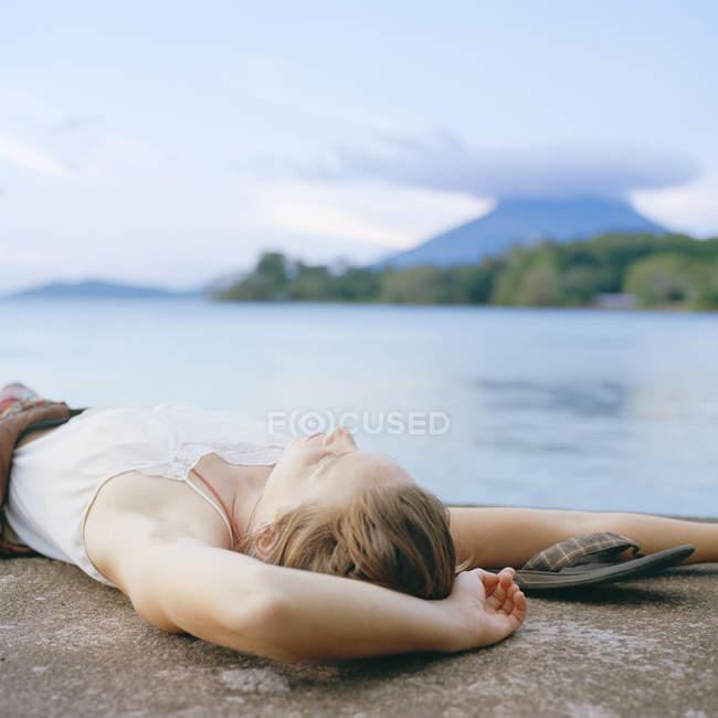 Молодая женщина расслабляется, сосредоточиться на переднем плане — стоковое фото