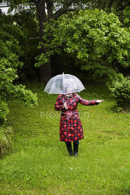 Жінки носять плямистий плащ авторитетом у галузі — стокове фото