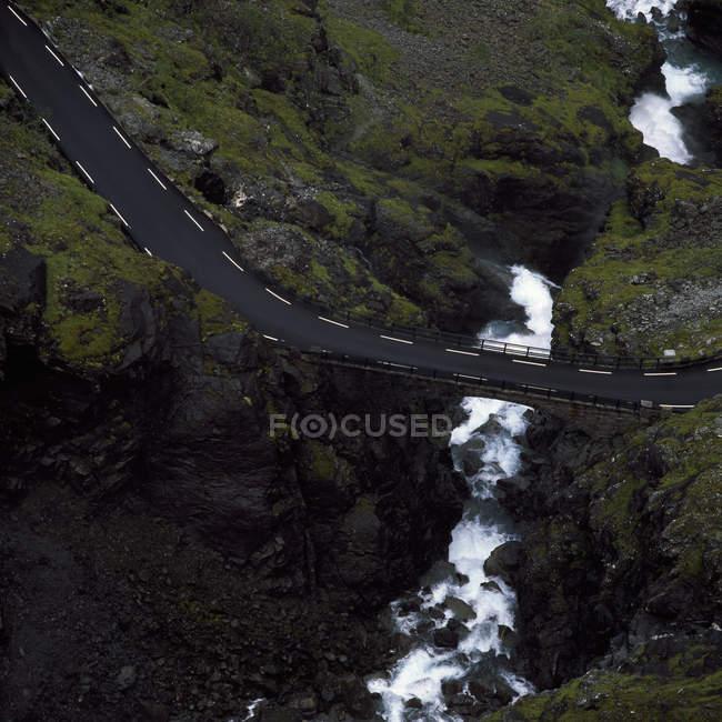 Vista elevada del camino sobre el río de la montaña - foto de stock