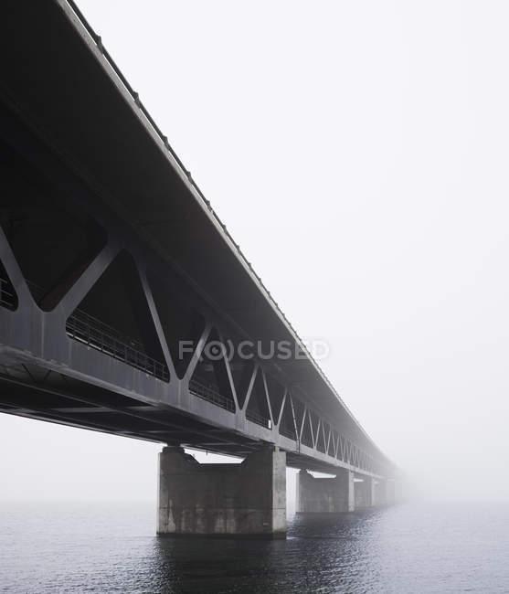 Vista en ángulo bajo de la niebla cubierta del puente de Oresund - foto de stock