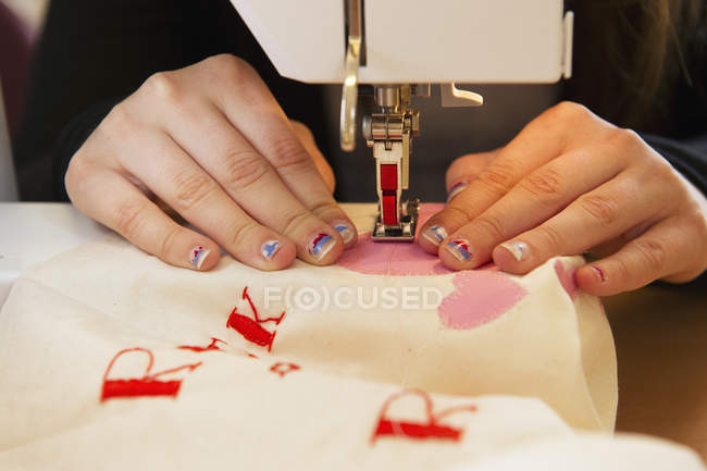 Close up of girl stitching on sewing machine — Stock Photo