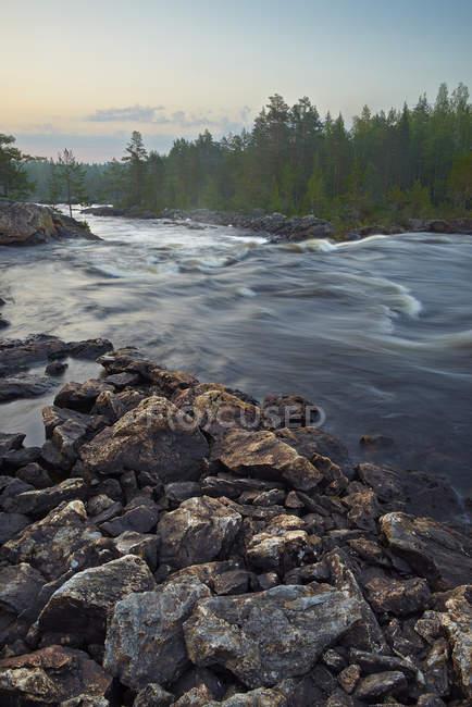Felsen mit fließendem Wasser von Hylstrommen Wasserfall — Stockfoto