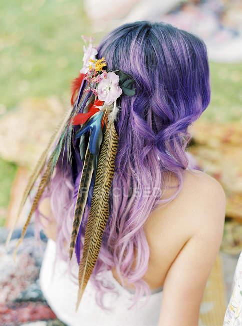 Noiva com flores e penas no cabelo roxo no hippie do casamento — Fotografia de Stock