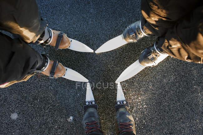 Section basse de trois patineurs sur glace à Are, Suède — Photo de stock