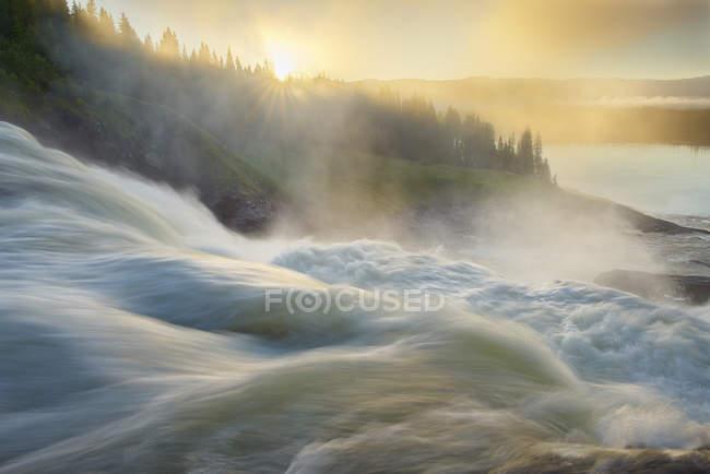 Verschwommenes fließendes Wasser des hylstrommen Wasserfalls — Stockfoto