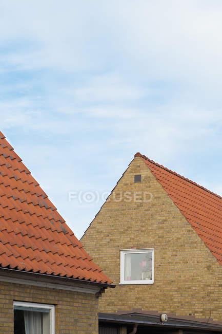 Вид на будинки покрівель під Синє небо — стокове фото