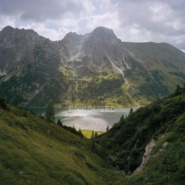 Scenic view of lake in lush green mountains — Stock Photo