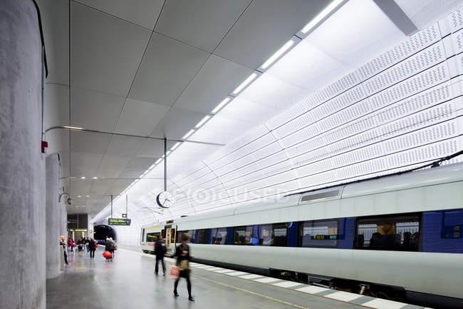 Люди на платформе метро, избирательный фокус — стоковое фото