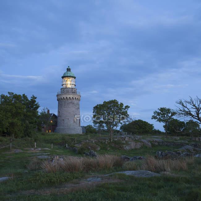 Malerische Aussicht auf den Leuchtturm beleuchtet in der Abenddämmerung, Dänemark — Stockfoto