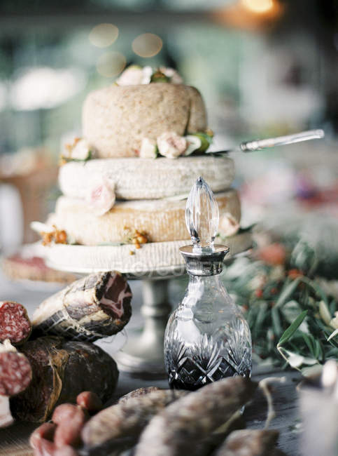 Вылечить мясо, вино и итальянский сыр головы на cakestand — стоковое фото