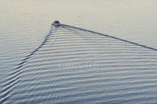 Erhöhte Ansicht des Bootes, das sich auf gewelltem Flusswasser bewegt — Stockfoto