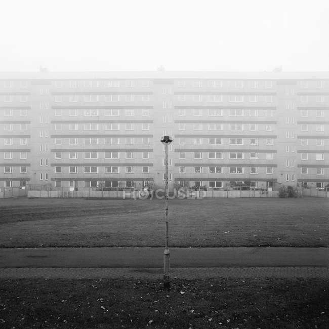 Residential building in fog, black and white — Stock Photo