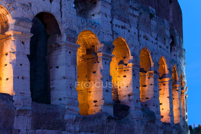 View of Colosseum facade illuminated at night — Stock Photo