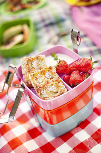 Cookies and fresh strawberries in lunch box — Stock Photo