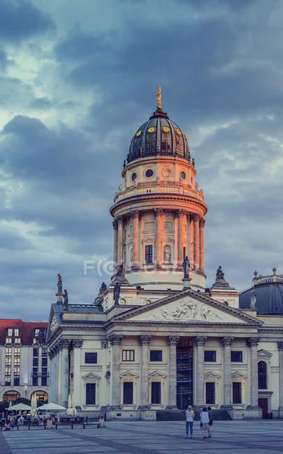 Fachada Catedral de luz del atardecer con los peatones en acera - foto de stock