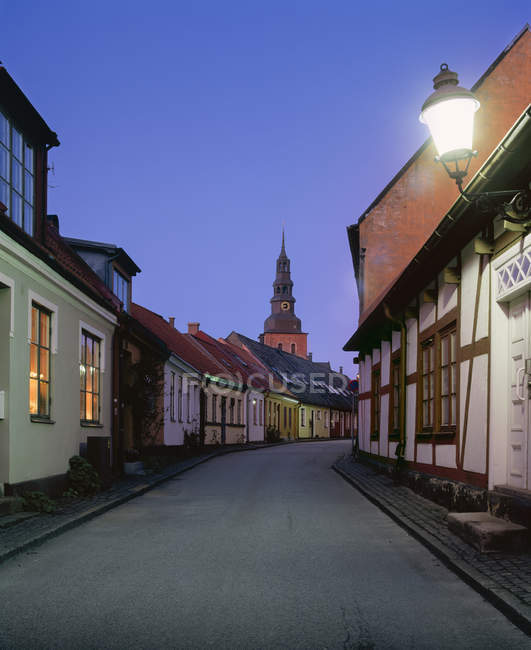Ciudad vieja calle iluminada por la noche - foto de stock