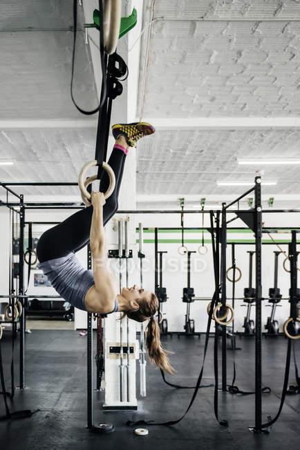 Молода жінка з укладання Кільця гімнастичні — стокове фото