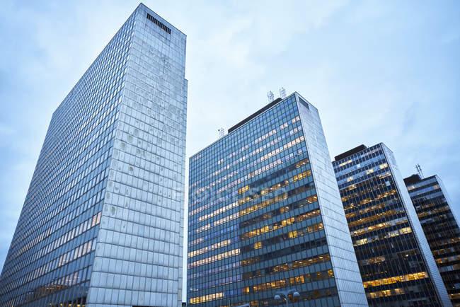 Vista de ângulo baixo de edifícios de escritórios modernos — Fotografia de Stock