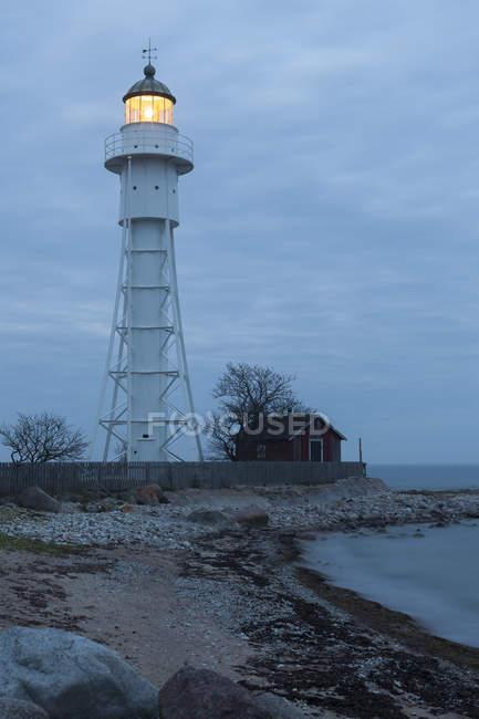 Longue exposition coup de phare allumé au crépuscule — Photo de stock