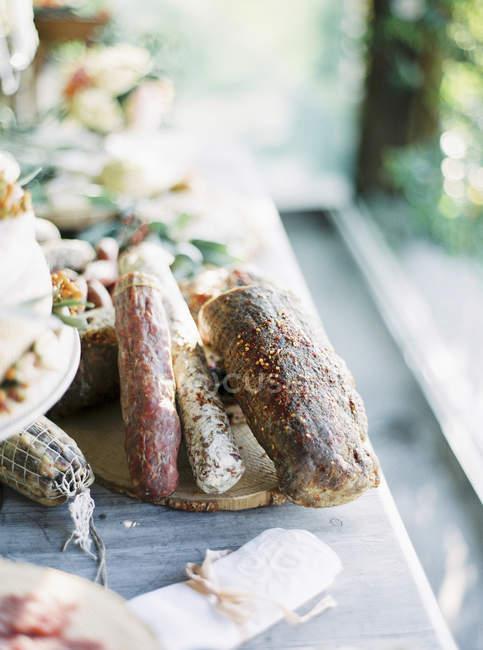Close-up de carnes curadas na placa de corte — Fotografia de Stock