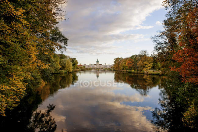 Vista del Castello di Charlottenburg e nuvole che riflette in acqua, Berlino — Foto stock
