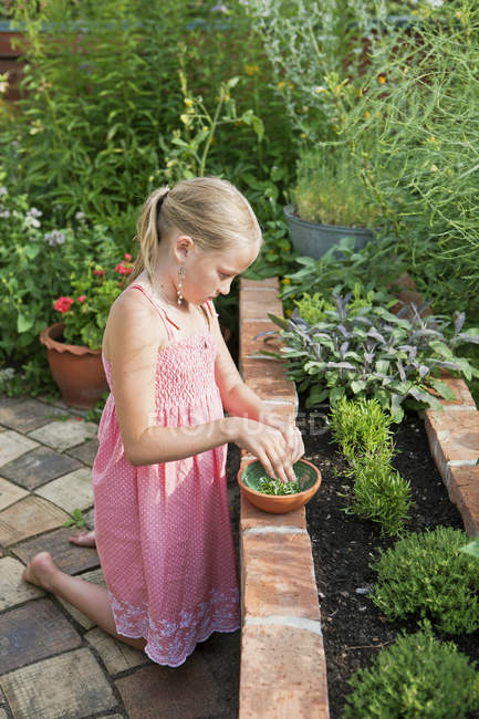 Vista laterale di messa a fuoco selettiva, giardinaggio a ragazza — Foto stock
