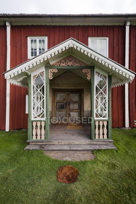 Багато прикрашений ганок традиційний будинок falu червоний — стокове фото