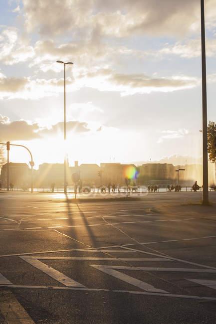 Tramonto di luce con i pedoni distanti ed edifici, Amburgo — Foto stock