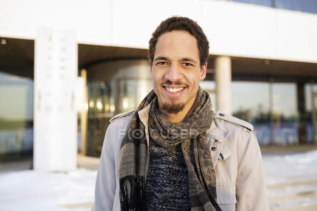 Porträt eines jungen Mannes in der Wintersonne — Stockfoto