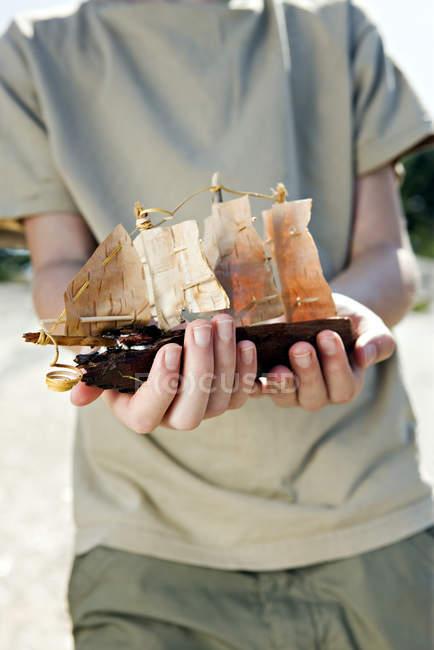 Хлопчик мангу очі проведення модель корабля — стокове фото