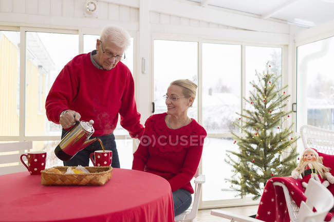 Senior couple drinking coffee and smiling, selective focus — Stock Photo
