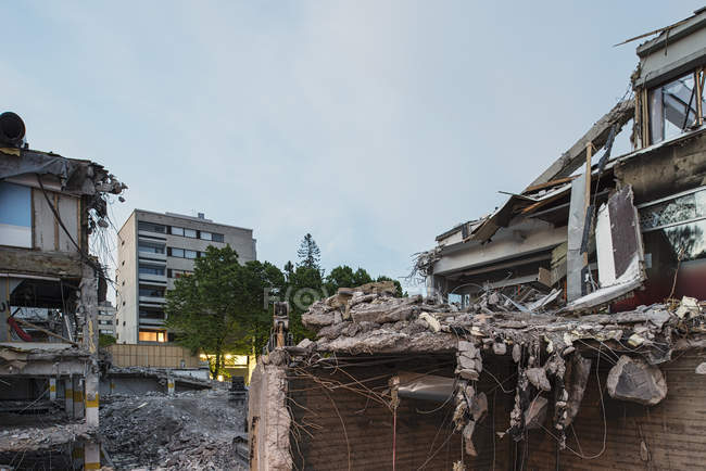 Garbage in demolished building under cloudy sky — Stock Photo