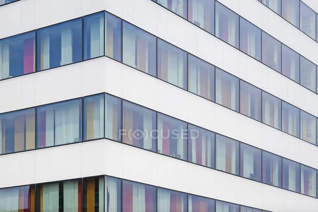 Angolo di edificio moderno con pareti colorate viste dalle finestre — Foto stock