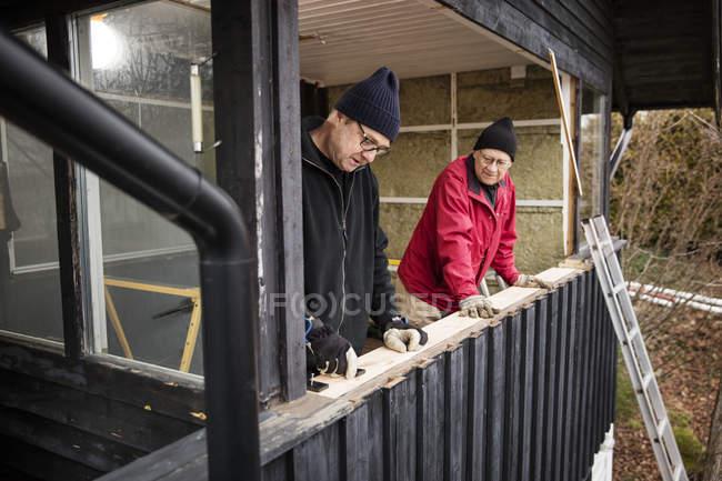 Чоловіки, що будують дерев'яний Балюстрада, селективний фокус — стокове фото