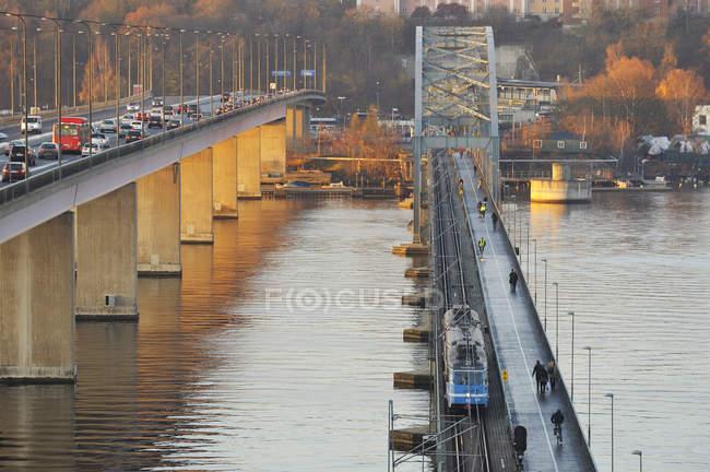 Erhöhte Sicht auf den morgendlichen Verkehr auf Brücken — Stockfoto