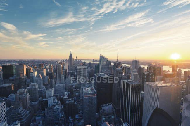 Arranha-céus de Nova Iorque sob o céu do pôr-do-sol — Fotografia de Stock