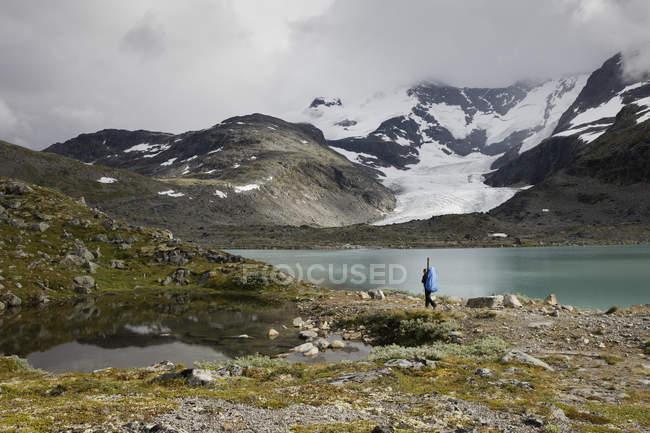 Мальовничий вид на Jotunheimen діапазон, туристичні прогулянки у фоновому режимі — стокове фото