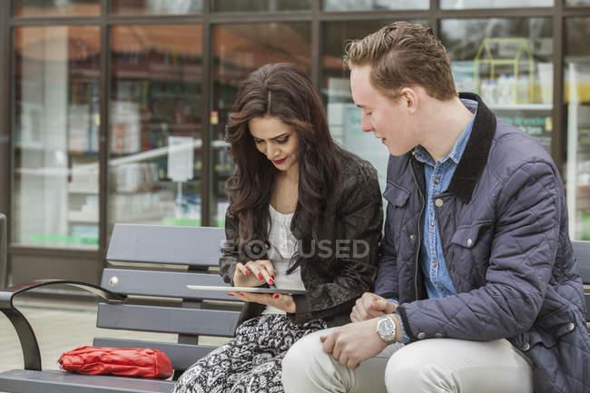 Молодые люди с помощью цифровой планшет, выборочный фокус — стоковое фото